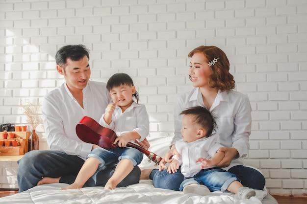 Portrait, famille, mère, amusement, père, heureux, enfant, jeune, homme, joie, femme, fille,