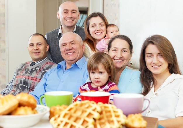 Portrait de famille multigénération heureuse