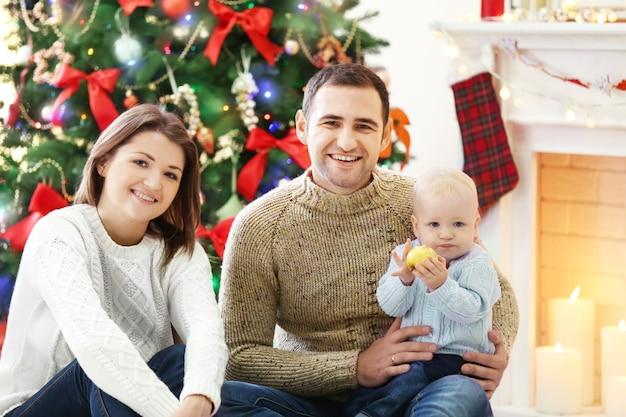 Portrait de famille de noël dans le salon de vacances à domicile