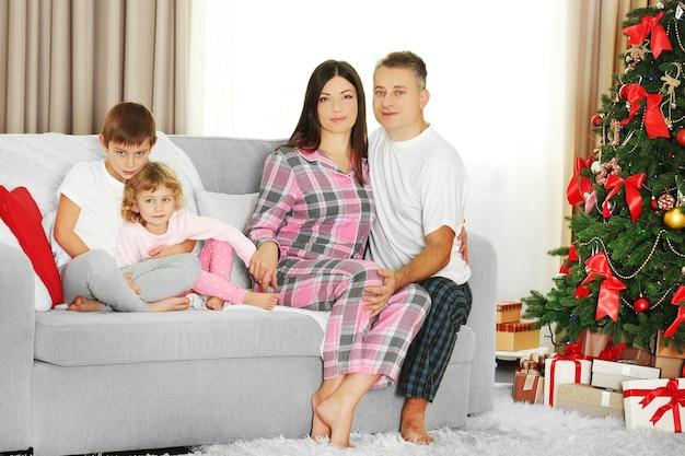 Portrait de famille de noël dans le salon de vacances à la maison, au matin de noël
