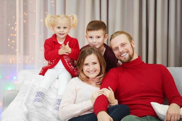 Portrait de famille de noël dans le salon de vacances à la maison