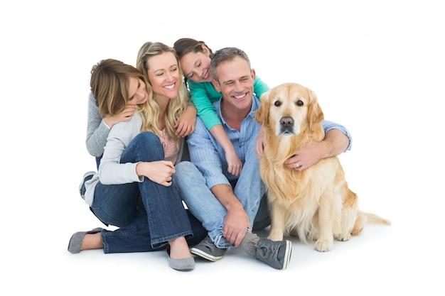 Portrait de famille souriante assis avec leur chien