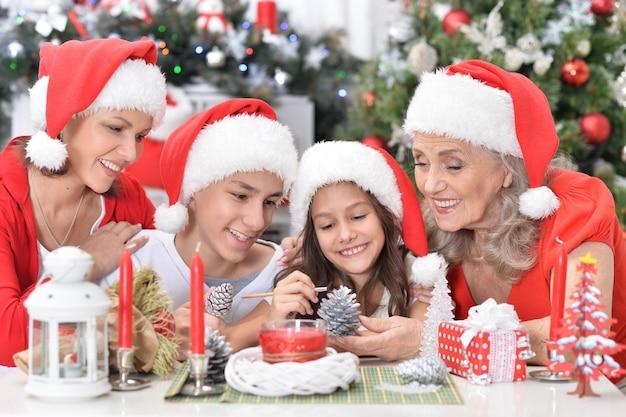 Portrait de famille souriante mignonne célébrant noël ensemble