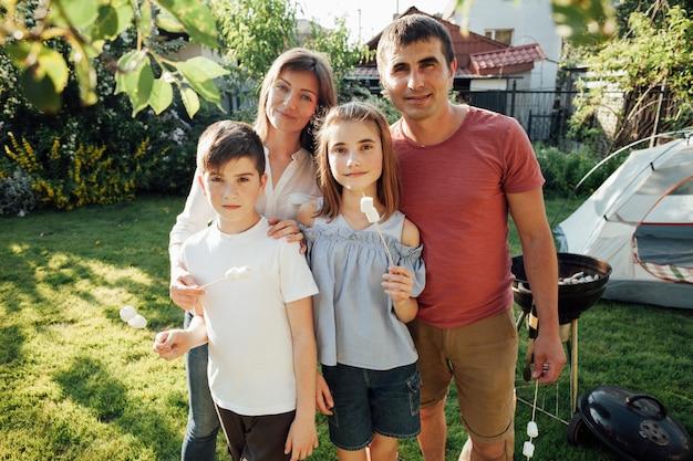 Portrait, de, famille souriante, tenue, guimauve, à, pique-nique