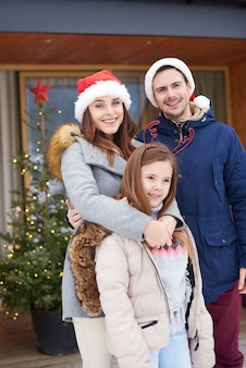 Portrait de famille en vacances d'hiver