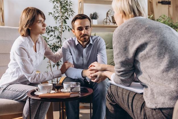 Portrait de famille visitant un psychologue professionnel psychothérapeute effectuant une consultation