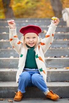 Portrait fashion mignon sourire enfant fille s'amuser à l'extérieur.