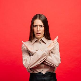 Le portrait féminin isolé sur rouge