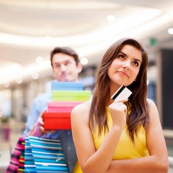 Portrait d'une femme accro du shopping