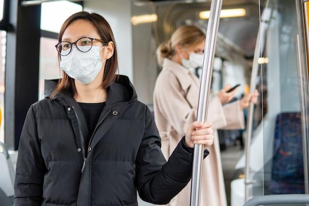 Portrait de femme adulte à l'aide des transports publics
