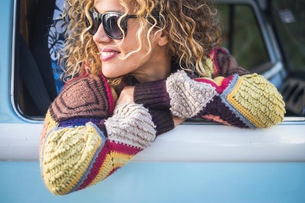 Portrait de femme adulte à l'extérieur de la fenêtre du véhicule