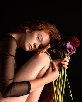 Portrait de femme adulte avec des fleurs colorées