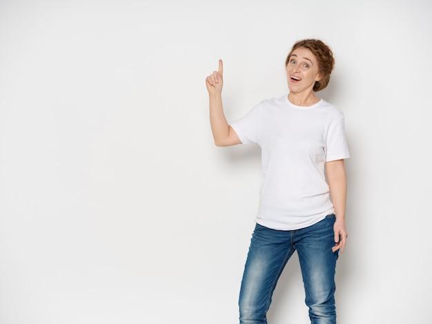 Portrait, femme, adulte, pointage, haut, doigt