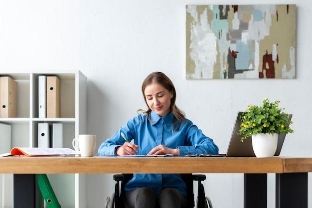 Portrait de femme adulte travaillant au bureau