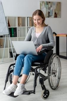 Portrait de femme adulte travaillant sur un ordinateur portable