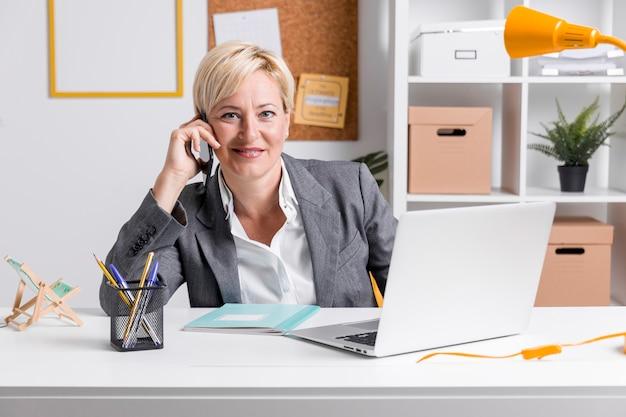 Portrait de femme d'affaires d'âge moyen au bureau