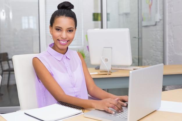 Portrait de femme d'affaires à l'aide d'un ordinateur portable