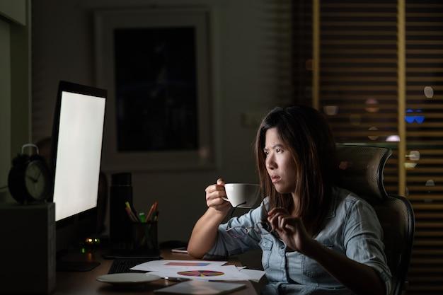 Portrait de femme d'affaires asiatique assise et travaillant dur sur la table