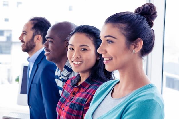 Portrait de femme d'affaires asiatique avec des collègues au bureau créatif