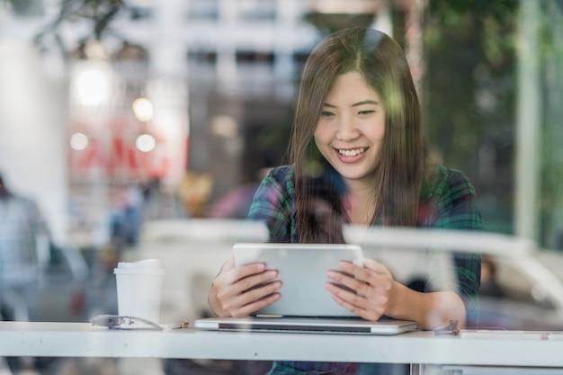 Portrait de femme d'affaires asiatique en costume décontracté en utilisant la technologie portable