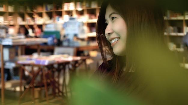 Portrait de femme d'affaires asiatique en costume occasionnel dans l'action de bonheur dans un café moderne un
