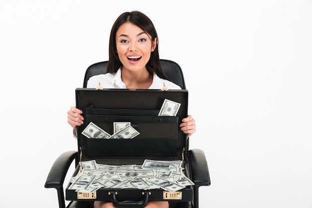 Portrait d'une femme d'affaires asiatique excitée