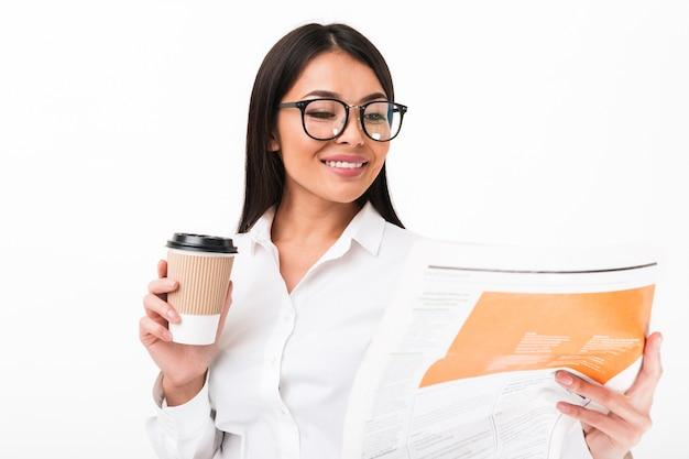Portrait d'une femme d'affaires asiatique heureuse à lunettes
