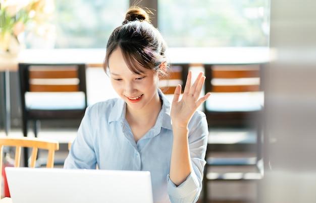 Portrait de femme d'affaires asiatique travaillant dans un café
