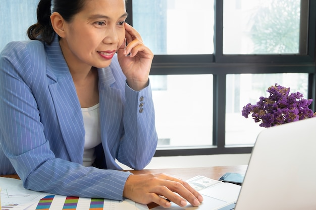 Portrait de femme d'affaires asiatiques travaillant dans le bureau