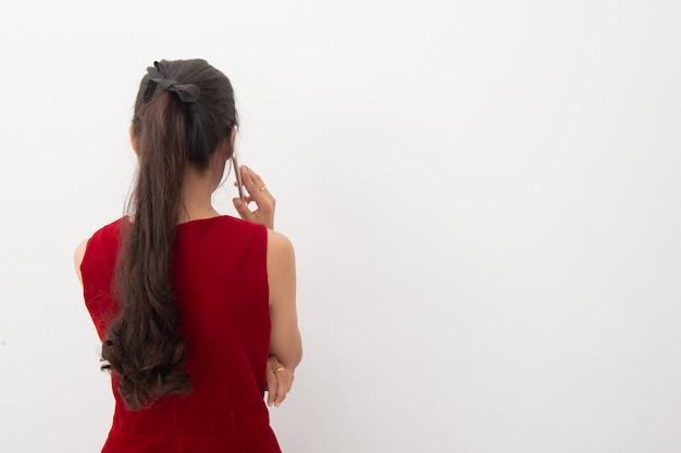 Portrait de femme d'affaires asiatiques utiliser un téléphone portable sur blanc