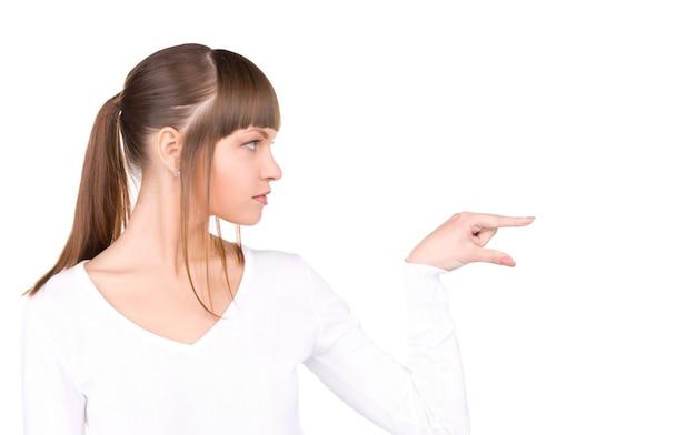 Portrait de femme d'affaires attirante pointant son doigt