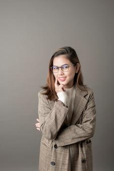 Portrait de femme d'affaires attrayant sur fond gris studio