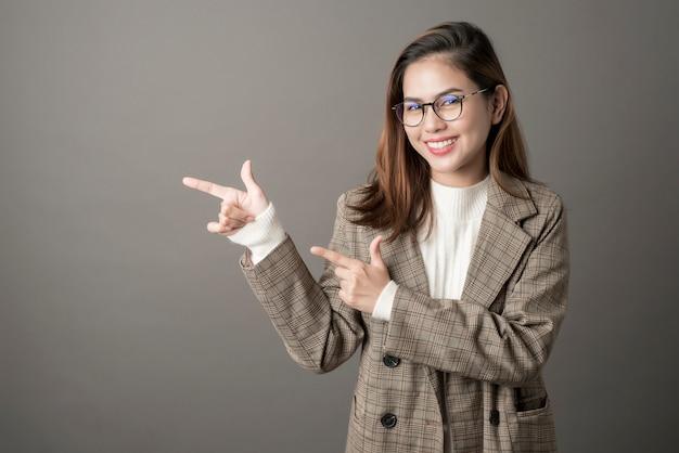 Portrait de femme d'affaires attrayant en studio
