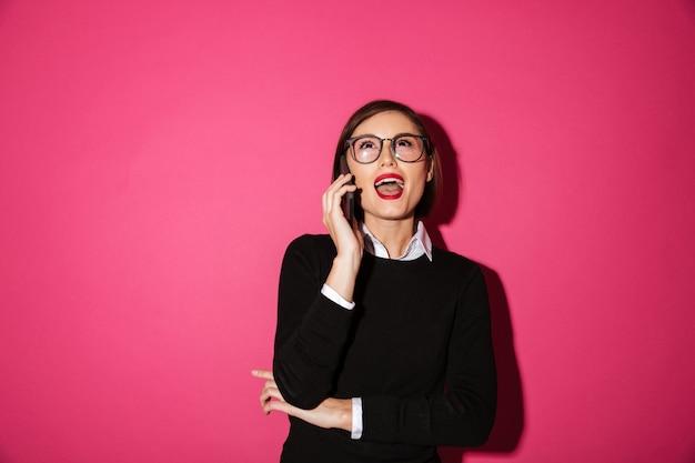 Portrait d'une femme d'affaires attrayante excitée