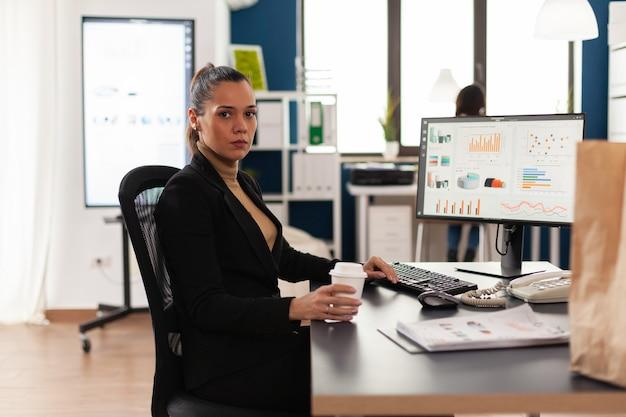 Portrait de femme d'affaires au bureau de l'entreprise de démarrage