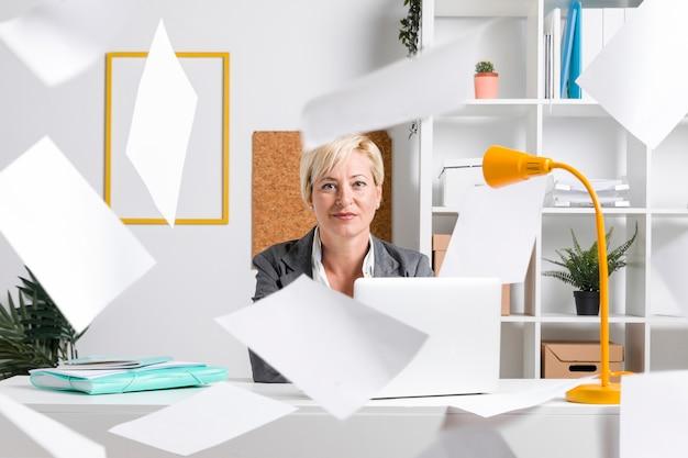 Portrait de femme d'affaires au bureau