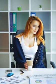 Portrait de femme d'affaires aux cheveux rouges.