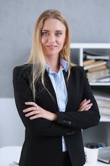 Portrait de femme d'affaires blonde sur un fond de bureau