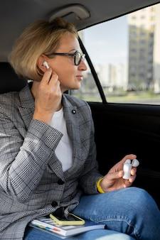 Portrait de femme d'affaires blonde