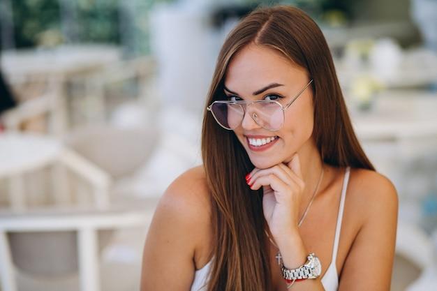 Portrait, femme affaires, café