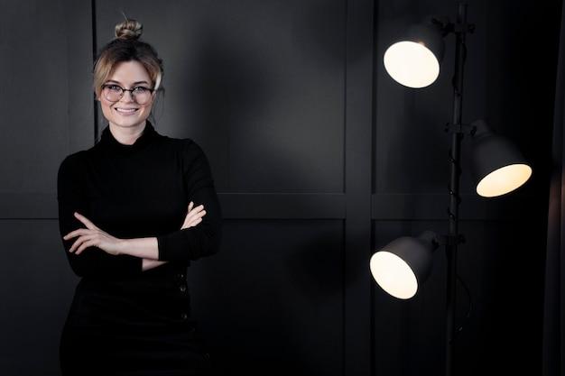 Portrait de femme d'affaires confiant au bureau