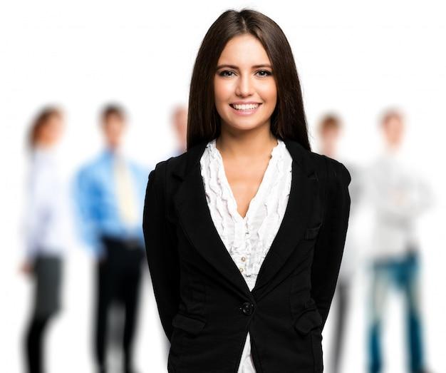 Portrait d'une femme d'affaires devant son équipe