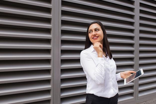 Portrait de femme d'affaires dragueur avec tablette pc à la recherche de suite