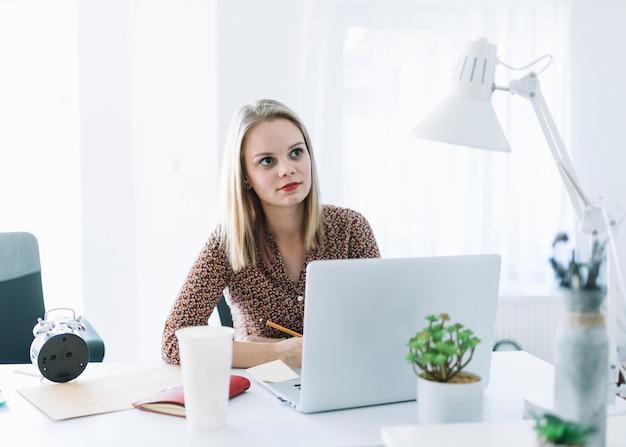 Portrait de femme d'affaires envisagée sur le lieu de travail