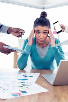 Portrait de femme d'affaires frustré assis au bureau créatif