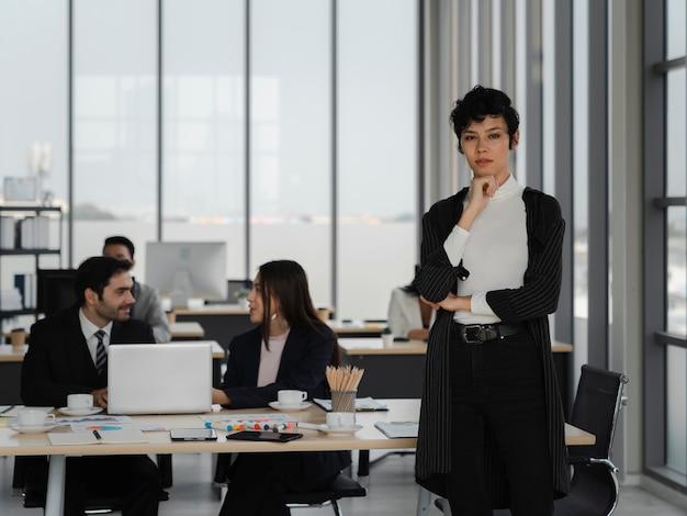 Portrait d'une femme d'affaires intelligente et attrayante debout avec confiance et impatiente dans le bureau de travail, le leadership féminin, l'analyse commerciale et le concept de stratégie