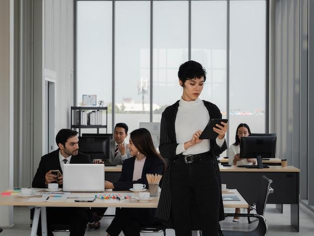 Portrait d'une femme d'affaires intelligente et attrayante regardant une table avec un travail au bureau, un leadership féminin, une analyse commerciale et un concept stratégique