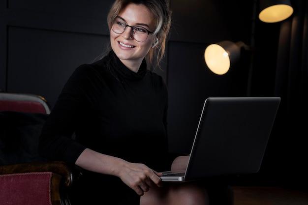 Portrait de femme d'affaires intelligente à la recherche de suite