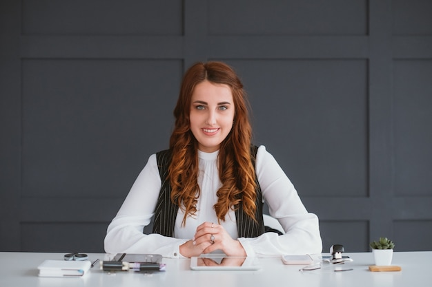 Portrait de femme d'affaires jeune. professionnel souriant à l'espace de travail