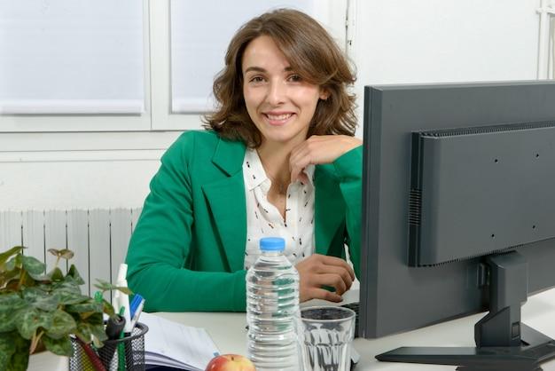 Portrait d'une femme d'affaires jeune avec veste verte